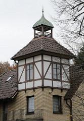 Erkerturm mit Fachwerk und gelbem Klinkerstein in der Saseler Chaussee.