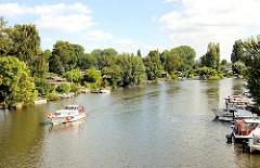 Ufer mit Kleingärten an der Bille; Bootsliegeplätze in Hamburg Hamm - Sportboot auf der Bille.