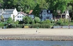 Blick über den Elbstrand zu den Wohnhäusern in Hamburg Oevelgönne - Fotos aus Hamburg Othmarschen.