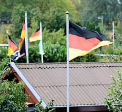 Deutschlandflaggen wehen über den Dächern eines Schrebergartens in Hamburg Barmbek-Nord - Fotos aus den Stadtteilen Hamburgs.