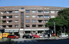 halbrundes Backsteingebäude an der Winterhuder Maria Louisen Strasse - Wohn- und Geschäftshaus, erbaut 1929 - Architekt Karl Schneider.