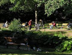 Spaziergänger im Eimsbüttler Park - Bilder aus dem Park am Weiher - Grünanlagen im Hamburger Stadtteil Eimsbüttel, Parkbänke.