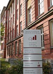 Historisches Schulgebäude in Hamburg Hohenfelde - Backsteinarchitektur; Nutzung Staatliche Gewerbeschule Gastronomie und Ernährung.