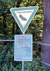 Schild Naturschutzgebiet mit Greifvogel - Hinweis auf das Stellmoorer Tunneltal.