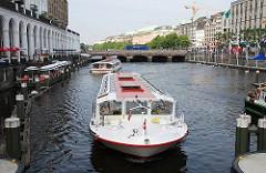 Alsterschiffe kommen von der Binnenalster und warten auf die Einfahrt in die Alsterschleuse, um eine Fleetfahrt und Speicherstadtrundfahrt mit den Touristen an Bord zu machen.
