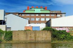 Historische Klinker - Gewerbearchitektur und schlichte Lagerhäuser auf der Peute - Stadtteil Hamburg Veddel, Bezirk Mitte.