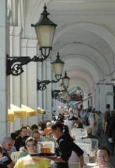Historische Lampen in den Alsteraraden. Das historische Gebäude wurde 1844-1846 vom dem Baumeister Alexis de Chateauneuf entworfen und orientiert sich an Vorbildern aus Venedig.