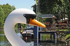 Schwanenkopf eines Tretbootes am Anleger des Ernst August Kanals in Hamburg Wilhelmsburg.
