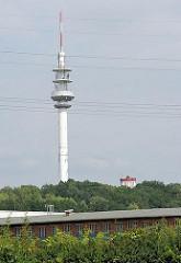 Blick auf den 137,5 m hohen Fernmeldeturm / Fernsehturm von Hamburg Lohbrügge - rechts das Oberteil des 38m hohen historischen Lohbrügger Wasserturms.
