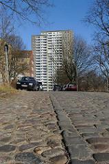 Kopfsteinplaster Seitenstrasse Altonas, Hochhaus.