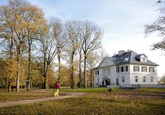 Herbstbäume und Herbstlaub im Heinepark in Hamburg Othmarschen - re. die Villa im Heinepark am Elbhang mit Blick über die Elbe.