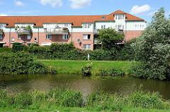 Mehrstöckiges Wohngebäude im Hamburger Stadtteil Neuallermöhe - Wohnen am Wasser, Fleet in der Siedlung Bergedorfs.