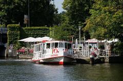 Sommer in Hamburg - Entspannung auf dem Wasser der Alster - Rundfahrt mit dem Alsterschiff - Kaffee trinken am Wasser.