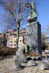 Kriegerdenkmal HH-Harburg / Skulptur Trauerndes Kind.