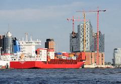 Containerfeeder / Feeder vor der Kulisse der Hamburger Hafencity / Elbphilharmonie.