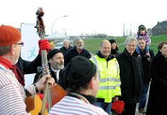 Veranstaltung zum Abriss des Hamburger Zollzauns am Spreehafen in Hamburg Wilhelmsburg.