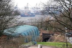 Blick vom Elbberg zur Eisenbahnbrücke - im Hintergrund Schiffe auf der ELbe und Containerkräne am Burchardkai.