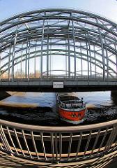Hamburg Norderelbe Elbbrücken - Schild Zollgrenze am Eisenträger über dem Hamburger Fluss - Binnenschiff in Fahrt.