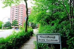 Stadtteilschild Hamburg Steilshoop - Bezirk Wandsbek - im Hintergrund ein Hochhaus.