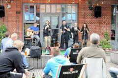 Auftritt einer Musikgruppe beim Knust bei der alten Rinderschlachthalle in Hambug St. Pauli.