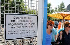 Geöffneter Durchlass durch den Zollzaun am Spreehafen in Hamburg Wilhelmsburg.