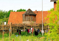 Alter Baunernhof mit Holzsilo - Zaun aus aufgeschichteten Zweigen; Bilder aus dem Hamburger Stadtteil Curslack.