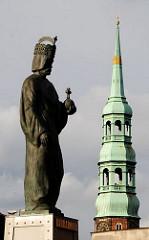 Kirchturm mit Kupferdach der Hamburger Hauptkirche St. Katharinen am Zollkanal - Skulptur Barbarossa an der Brooksbrücke über den Kanal an der Hamburger Speicherstadt.