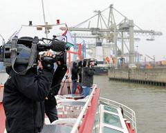 Presse bei der Einweihung der neuen Kaimauer am Containerterminal  Burchardkai - Filmteam im Hamburger Hafen - Bilder aus Hamburgs Waltershof.
