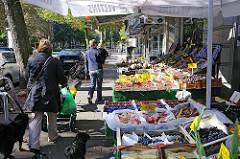 Gemüseladen, Obstgeschäft mit Auslage auf der Strasse im Eppendorfer Weg - Einkaufen und Wohnen im Stadteil.