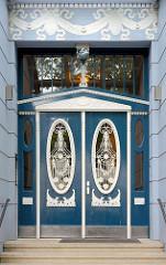 Eingangstür - Gründerzeitdekor; Schmucktür mit weiss abgesetzter Holzschnitzerei und Stuckelementen; Architektur in der Hansestadt Hamburg, Sierichstrasse im Stadtteil Winterhude.
