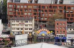 Hotels und Geschäfte an der Hamburger Reeperbahn auf St. Pauli.
