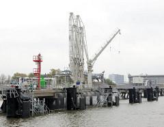 NeueröffneteTankerlöschbrücke  im Blumensandhafen in Hamburg Wilhelmsburg - wasserseitiger Umschlag von Flüssiggütern.
