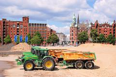 Baufahrzeuge auf dem Areal des Überseequartier - die gesamte Baustelle wird mit Sandaufschüttungen gegen Hochwasser erhöht. Im Hintergrund das Verwaltungsgebäude der HHLA bei St. Annen und die Kornhausbrücke. 2007