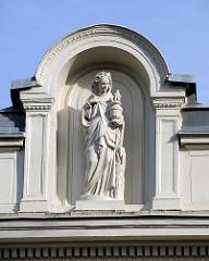 Skulptur im Giebel eines historischen Gebäude in Hamburg Barmbek Süd - Bauschmuck / Stuckdekor.