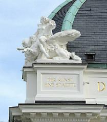 """Allegorische Skulptur, Deutsches Schauspielhaus / Inschrift """"Der Kunst eine Stätte."""""""