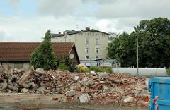 Bauschutt von abgerissenen Gebäuden auf der Harburger Schlossinsel - Harburger Schloss im Hintergrund. (2006)