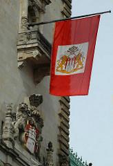 Hamburger Staatsflagge am Rathausturm des Hamburger Rathauses - Flagge des Hamburger Senats - Wappen der Hansestadt.