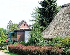 Altes Reetdach und modernes Einzelhaus nebeneinander - Fotos aus dem Stadtteil Hamburg Rönneburg.