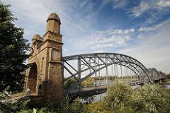 Harburger Elbbrücken über die Süderelbe - historisches Brückenportalt - Bogenkonstruktion, Brückenkonstruktion.
