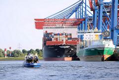 Das Container Feederschiff Andrea und der Frachter APL Temasek liegen am Ballinkai des Containerterminals Altenwerder - eine Barkasse mit der Aufschrift Hamburg fährt auf dem Köhlbrand - im Hintergrund die Leuchtfeuer Altenwerder / Süderelbe.