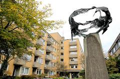 Wohnblock - Metallskulptur Tanzende Kraniche - Wohnanlage Wohnen im Alter in Hamburg Dulsberg.