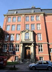 Hasselbrookschule 1895 errichtet - historisches Schulgebäude in Hamburg Eilbek - eines der wenigen Grossgebäude, dass  die Luftangriffe 1943 / Operation Gomorrha