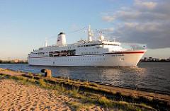 Das Kreuzfahrtschiff DEUTSCHLAND läuft aus - das Passagierschiff hat das Kreuzfahrtterminal in der Hafencity verlassen - im Vordergrund Schienen und Eisenpoller am Strandkai. (2007)