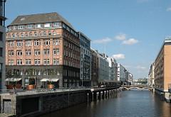 Blick in das Alsterfleet - Rückseite des Neuen Walls - Geschäftshäuser in der Hamburger Innenstadt.