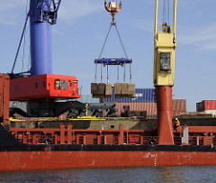 Stückgutverladung - Kisten werden mit einem Kran verladen - Hamburger Hafen, Oswaldkai