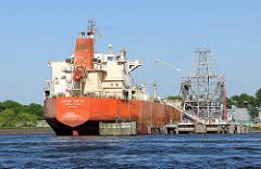 Der Tanker GRAN COUVA liegt im Tankschiffhafen von Hamburg Waltershof - das Frachtschiff hat bei einer Länge von 183m eine Breite von 32m - es hat eine Tragfähigkeit von 47128 Tonnen.