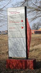 Hinweisschilder zur Gedenkstätte Neuengamme - Mahnmal, Haus des Gedenkens - Klinkerwerk.