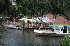 Ein Fahrgastschiff der Kanalrundfahrt fährt Richtung Stadtparksee.