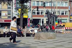 Bilder vom Wandsbeker Marktplatz - Fotos aus der Hansestadt Hamburg - Denkmal Matthias Claudius - Menschen sitzen auf den Bänken in der Sonne.