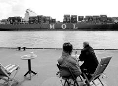 Shipspotting an der Elbe - ein Containerschiff fährt auf der Elbe vor Hamburg Blankenese.